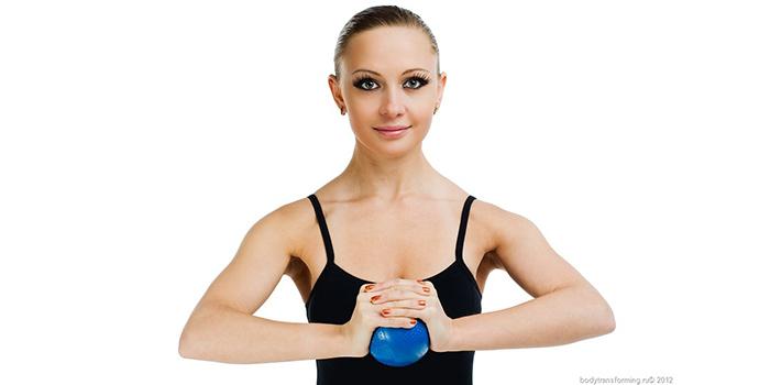 фото упражнение молитва с мячом